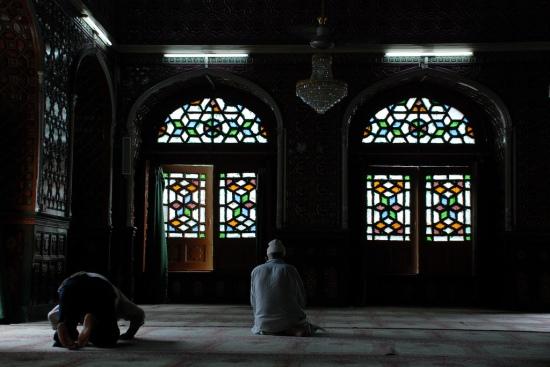 Muslims_praying_in_mosque_in_Srinagar,_Kashmir